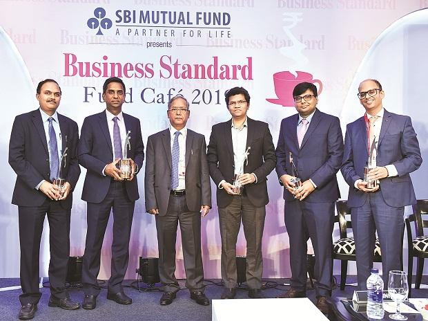 Former Sebi chairman and chief guest U K Sinha (third from left) with BS Fund Managers of the Year - (from left) HDFC MF